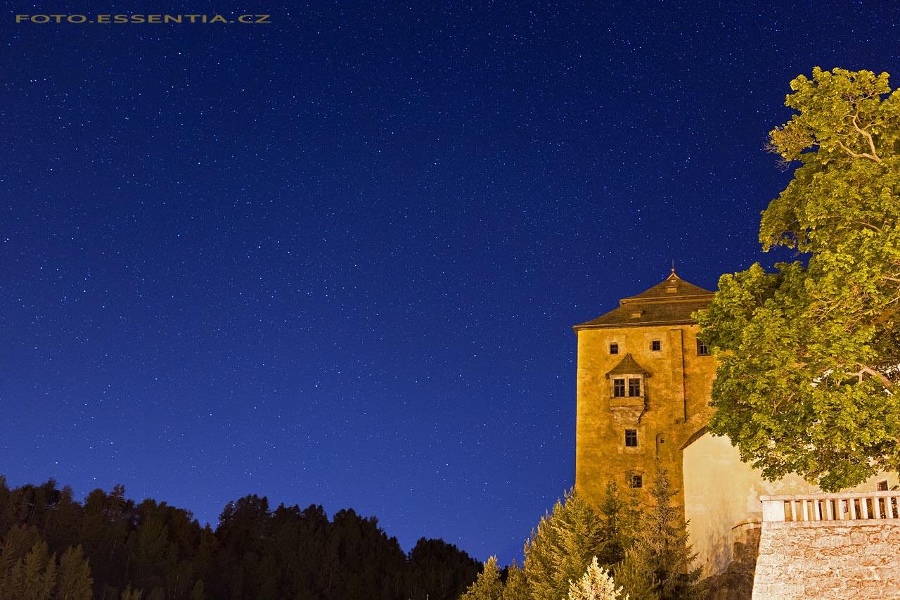 Hvězdy vycházejí za hradem v Bečově